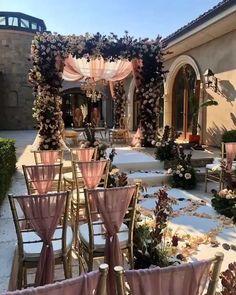 Indian Wedding Stage, Outdoor Indian Wedding, Wedding Stage Design, Desi Wedding Decor, Wedding Mandap, Outdoor Wedding Decorations, Wedding Entrance Decoration, Indian Beach Wedding, Altar Wedding
