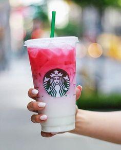 Ist Starbucks 'Ombré Pink Drink schlimmer als Unicorn Frapp? - Samantha Fashion Life Ist Starbucks 'Ombré Pink Drink schlimmer als Unicorn Frapp?- Ist der neue Ombré-Pink-Drink von Starbucks schlimmer als der Einhorn-Frapp? Starbucks Frappuccino, Copo Starbucks, Iced Starbucks Drinks, Bebidas Do Starbucks, Starbucks Recipes, Coffee Recipes, Coffee Drinks, Starbucks Refreshers, Iced Coffee