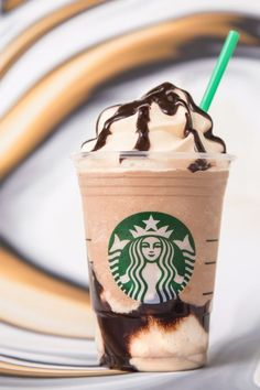 Starbucks New Ultra Caramel Frappuccino Taste Test Starbucks Whipped Cream, Comida Do Starbucks, Bebidas Do Starbucks, Starbucks Recipes, Frappuccino Flavors, Coffee Frappuccino, Mocha Coffee, Coffee Milk, Recipes