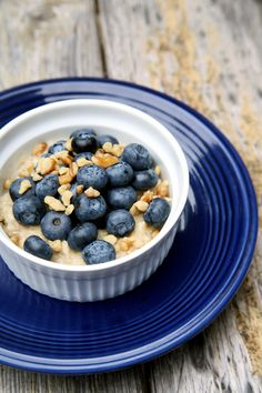 Pin for Later: Lose Weight With These Low-Calorie, High-Protein Breakfasts Oatmeal With Fruit and Nuts High Fiber Breakfast, Low Calorie Breakfast, High Protein Breakfast, Eat Breakfast, Breakfast Recipes, Breakfast Ideas, Breakfast Cereal, Oatmeal Flavors, Oatmeal With Fruit