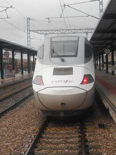 Cabeza de  convoy Alvia de Alta Velocidad ( AVE ) en León-