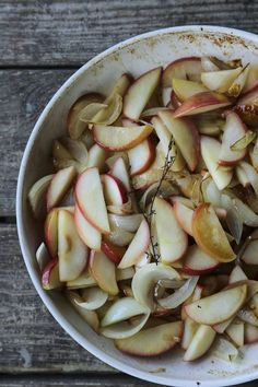 Bacon Fried Apples and Onions - Foodie With Family Fried Apples, Cooked Apples, Apple Recipes, My Recipes, Dinner Recipes, Apple Chutney, Rice Side Dishes, Bacon Fries, Roasted Turkey