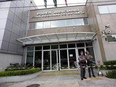 Homem invade Fórum Regional do Butantã, na zona oeste de São Paulo (SP), nesta quarta-feira (30). O homem fez juíza refém e ameaçou colocar fogo no local. Os policiais conseguiram imobilizá-lo e o levaram à delegacia