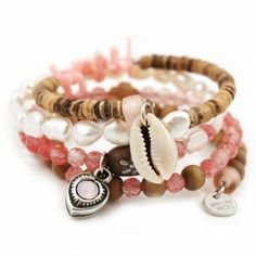 """Met alleen dit Kokomo juweel heb je al een arm vol candy! Vier rijen kokos, parels, koraal, halfedelsteen, Tsjechisch glas en Swarovski maken het in één klap zomer. Feitelijk bestaat de armband uit: een Paradise armband, Blessing armband en een Bridesmaid armband. You do the math ;)""""Off the Florida Keys, there's a place called Kokomo. That's where you want to go to get away from it all. Bodies in the sand, tropical drink melting in your hand. We'll be falling in love to the ..."""