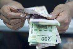 La debilidad de la moneda mexicana no cede: Dólar sube a 19.57 pesos al cierre