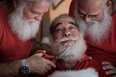 Một người tốt nghiệp Trường Ông già Noel của Brazil được các bạn học sinh tỉa râu ở thành phố Rio de Janeiro.
