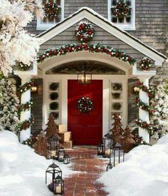 Uplift the décor of your porch with these chic Christmas porch decoration ideas. The outdoor Christmas décor inspiration in the gallery offers inputs for a complete porch Holiday makeover. Christmas Time Is Here, Christmas Porch, Noel Christmas, Merry Little Christmas, Winter Christmas, Christmas Wreaths, Christmas Design, Christmas Entryway, Simple Christmas
