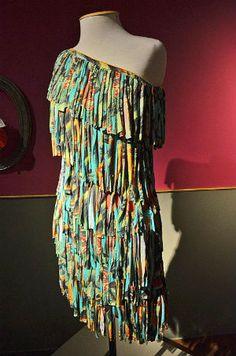 Maravilhoso vestido de material reciclado. Confere