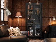 Armario HEMNES negro-marrón con puertas de vidrio templado e iluminación de armario FORMAT