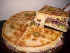 My mom makes this and its delicious all from scratch. must try if you like argentine food! I present you the Argentinian Lomopizza Pizza Sandwich, Pizza Burgers, 9gag Food, Food Fails, Good Food, Yummy Food, Sourdough Recipes, How To Make Pizza, Bread Machine Recipes