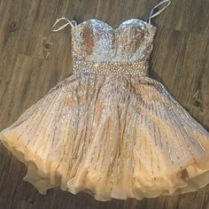 Sherri hill size 4 Sherri hill size 4 beautiful dress for the holidays there are two small places where some sequins are missing I took picture this is a gorgeous gold dress Sherri Hill Dresses Strapless