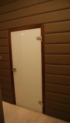 Zdjęcie: Drzwi szklane klasyczne w ościeżnicy regulowanej z orzecha amerykańskiego w zabudowie ściany z elementów skórzanych, tafla dwukolorowa: biało - czarna