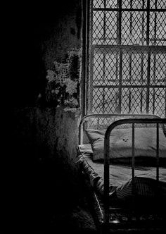 A bed in the violent ward of an abandoned asylum for the insane. Abandoned Asylums, Abandoned Buildings, Abandoned Places, Urban Decay Photography, Creepy People, David Green, State Of Decay, Insane Asylum, Medical History