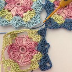 Crochet Granny Square Patterns Free pattern for little wilde flower square. Crochet Flower Squares, Crochet Puff Flower, Granny Square Crochet Pattern, Crochet Flower Patterns, Afghan Crochet Patterns, Crochet Granny, Crochet Motif, Crochet Designs, Crochet Flowers