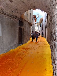 "The experience of a lifetime will soon be available to Italy's public. Thanks to artists Christo and Jeanne-Claude, a floating walkway now exists on Lake Iseo in northern Italy. The installation - ""The Floating Piers"" - Land Art, Christo Floating Piers, Christo Y Jeanne Claude, Fabric Installation, Art Installations, Light Installation, Instalation Art, Italian Lakes, Environmental Art"