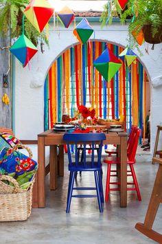 Na Tok&Stok já é São João! Batizada de Festa das Cores, a coleção traz uma estampa viva, multicolorida e com personagens típicos da festa junina nordestina, como músicos, casal de noivos, balão e bumba meu boi.