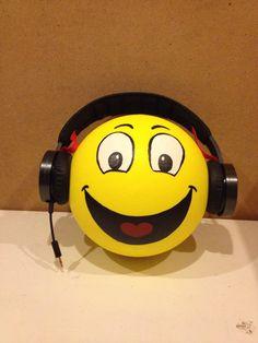 Voor een muziekliefhebber! Emoji, Emoticon, School Treats, Bowling Ball, Santa Gifts, Smiley, Minions, Valentines Day, Gift Wrapping