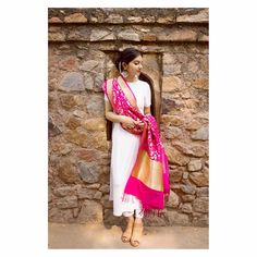 Plain kurti with bright pink banarsi dupatta Ethnic Outfits, Ethnic Dress, Indian Outfits, Girly Outfits, Dress Outfits, Indian Gowns, Indian Attire, Indian Wear, Lehnga Dress