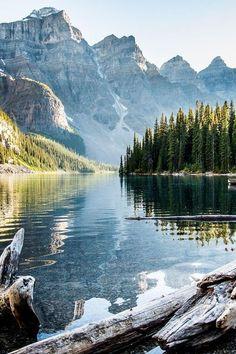 Paisaje de montaña en Alberta, Canadá.:
