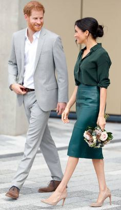 Meghan Markle in green blouse with green, leather pencil skirt and nude heels Congratulations! Meghan Markle is pregnant with her first child. Here's when the baby is due. Estilo Meghan Markle, Meghan Markle Stil, Meagan Markle Hot, Mode Outfits, Office Outfits, Fashion Outfits, Chic Outfits, Meghan Markle Outfits, Megan Markle Dress
