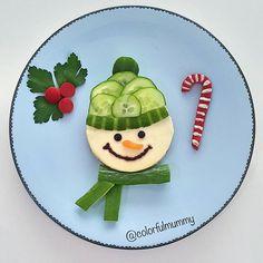 Soğuk gelmiş, kardan adam bile çok üşümüş... Cold wheather came, so even snow man got chilly. Peynirli ekmek, salatalık, kırmızı biber, zeytin ezmesi, havuç, maydanoz. Bread with cream cheese, cucumber, red pepper, olive paste, carrot, parsley. #snowman #snow #xmass #christmas