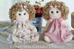 Bonequinha bebê, confeccionada em malha e tecidos de 100% algodão. Enchimento em fibra siliconada e cabelos de lã. Cores a sua escolha, mande-me um email ;)