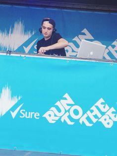 Tom se apresentando como DJ na Run to the Beat, em Wembley, na Inglaterra #CoberturaTWBR (via @TaniaAktar_)