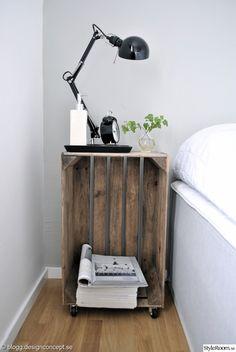 sängbord,sängbord av trälådor,betongvägg,grått och vitt,sänglampa ikea,tidningar,inredningsmagasin,inredningsdetaljer,designconcept.se,designconcept,sovrum