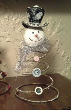 Learn how to make easy and cheap Christmas decorations for your home with bed spring snowmen. You can buy all the Christ Primitive Christmas, Rustic Christmas, Christmas Holidays, Primitive Snowmen, Primitive Crafts, Cowboy Christmas, Wooden Snowmen, Primitive Fall, Primitive Stitchery