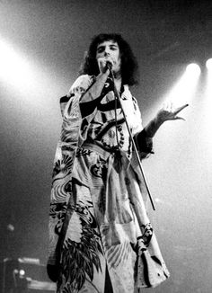 Freddie wearing a kimono live in Coventry – 1975 Photo by Steve Emberton Queen Freddie Mercury, Brian May, John Deacon, Martina Mcbride, Roger Taylor, Somebody To Love, Queen Band, Killer Queen, Black Queen