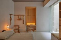 The bedroom of this Mexico City hotel has a quiet, yet welcoming feel. Warm wood creates a striking contrast against plain, white walls, and is complemented by beige linen fabrics. Design Hotel, Rooftop Restaurant, Mexican Designs, México City, Grand Homes, Hotel Interiors, Exposed Brick, Shaker Style, Interiores Design