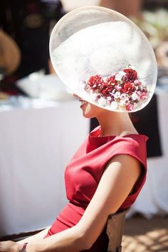 ✩ Check out this list of creative present ideas for people who are into photograhpy Mode Orange, Fascinator Hats, Fascinators, Headpieces, Wedding Guest Style, Races Fashion, Fashion Hats, Fancy Hats, Big Hats
