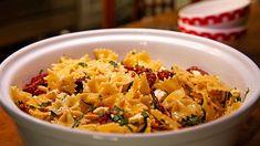 Nudelsalat mit getrockneten Tomaten, Pinienkernen, Schafskäse und Basilikum, ein schmackhaftes Rezept aus der Kategorie Kochen. Bewertungen: 308. Durchschnitt: Ø 4,6. Mayonnaise, Good Mood, Risotto, Potato Salad, Macaroni And Cheese, Salads, Easy Meals, Pasta, Cooking