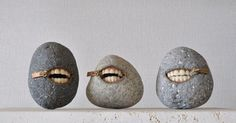 Hirotoshi Itoh aka Jyuseki donne vie à ses galets. Avec une fermeture éclair et différents objets, entre dents et or, il allie sculpture et réalisme.
