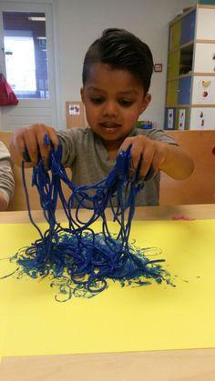 De kinderen van Koen Dak mochten met spaghetti spelen. Dat voelt gek aan! Toen er ook nog verf door heen ging, was het feest compleet: gekleurde spaghetti.