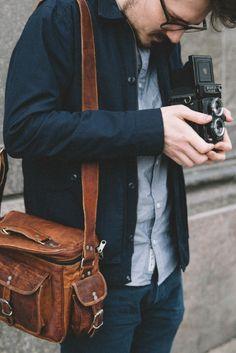 """Auf geht es zurück in die Goldenen Zwanziger! Diese Fototasche macht die kleine Zeitreise möglich - und das jeden Tag. Im angesagten Vintagelook weiß """"Amanda"""" auf ganzer Linie zu überzeugen. Ob für das Shooting in der Stadt, die geplante Fotosafari oder lediglich als Freizeittasche - hier hast Du den perfekten Begleiter für Deine Abenteuer gefunden. Im Inneren ist viel Platz für Deine Kamera und Objektive.  Gusti Leder - Amanda"""