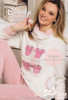 Pigiami Donna. Tutta la morbidezza del Coral per la nuova collezione Original Disney. Per farsi coccolare durante le serate invernali il bellissimo e delicato pigiama donna in soffice coral e tinte delicate.  #moda #pigiami #disney http://www.abbigliamentointimoatena.com/pigiami-donna/4168-pigiama-donna-manica-lunga-disney-wd20465.html
