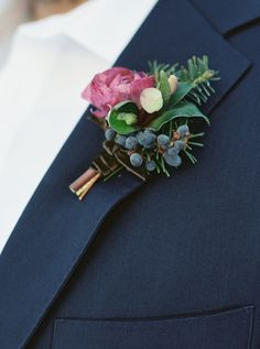 Winter boutonniere | Photography: Simply Sarah Photography