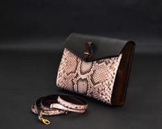 01c936ccbf9b 29 лучших изображений доски «Сумки из кожи питона»   Fashion bags ...