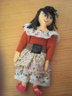 muñeca hecha con pañolenci y telas recicladas