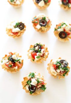 Quick and Easy Healthy Greek Hummus Phyllo Bites. Layered with creamy hummus, cherry tomatoes, olives, feta and parsley. Served in mini phyllo cups. Quick And Easy Appetizers, Easy Appetizer Recipes, Healthy Appetizers, Yummy Snacks, Snack Recipes, Yummy Food, Healthy Recipes, Hummus, Phyllo Cups