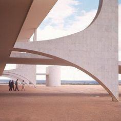 Architecture that inspires us - Planalto Palace, Brasilia, Brazil by Architect Oscar Niemeyer. Modern Architecture Design, Architecture Wallpaper, Chinese Architecture, Futuristic Architecture, Facade Architecture, Oscar Niemeyer, Zaha Hadid Architects, Instagram, Richard Neutra