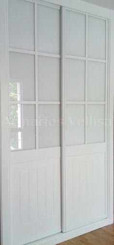 Armario empotrado 265 X 146 X 62 Puertas correderas: 2  Modelo: Cuadrantes con cristal blanco. Tablero DM pantografiado con 4 ranuras verticales en interior recuadro de cada puerta.  Color base: Blanco lacado. Cristal blanco.
