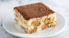 A Receita de Tiramisu Fácil com Cream Cheese é deliciosa e derrete na boca. Além disso, ela é super adaptada ao gosto do brasileiro, já que substitui o que