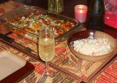 Royos de Harina blanca, rellenos de Carne de Pollo con en salsa de queso y  Vegetales, acompañados de una Ensalada Rusa y una rica Sidra de Manzana