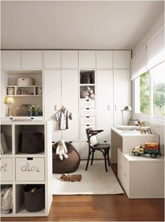 the boo and the boy: Love this built-in white wardrobe and storage in this kids' bedroom