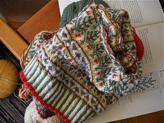 Ravelry: polarbears' Christmas Yet to Come Fair Isle Knitting Patterns, Knitting Stitches, Knitting Designs, Knitting Hats, Motif Fair Isle, Fair Isle Pattern, Knitted Shawls, Knitted Hat, Christmas Knitting