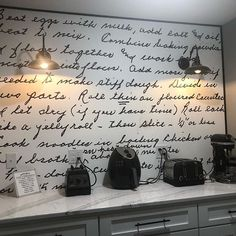 It's a family noodle recipe passed down generations. Now one woman has immortalized it as part of her kitchen, with an emotional surprise for grandma. Wall Writing, Living Room Trends, Old Recipes, Splashback, Farmhouse Style Decorating, Noodle Recipes, Kitchen Aid Mixer, Wall Wallpaper, Kitchen Design