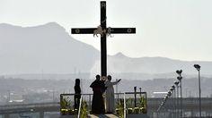 El Papa Francisco reza en la frontera entre México y Estados Unidos ante la Cruz del Migrante que representa a la Sagrada Familia en su viaje a Egipto.
