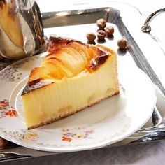 Pear flan on porcelian plate Tolle Desserts, No Cook Desserts, Great Desserts, Dessert Recipes, Apple Recipes, Sweet Recipes, Flan Cake, Confort Food, Mousse
